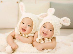 双子の赤ちゃん大きなお腹マタニティマッサージ